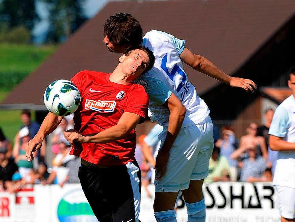 Ein Strafstoß folgt auf den anderen: A...er mit einem 2:4 geschlagen vom Platz.  | Foto:        Michael Heuberger