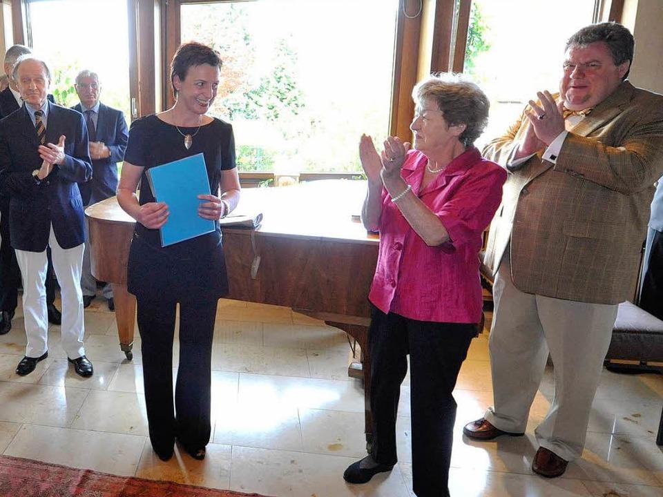 Susan Arndt (Mitte) bekommt von Eleono...Hodeige (rechts) den Preis überreicht.  | Foto: Michael Bamberger