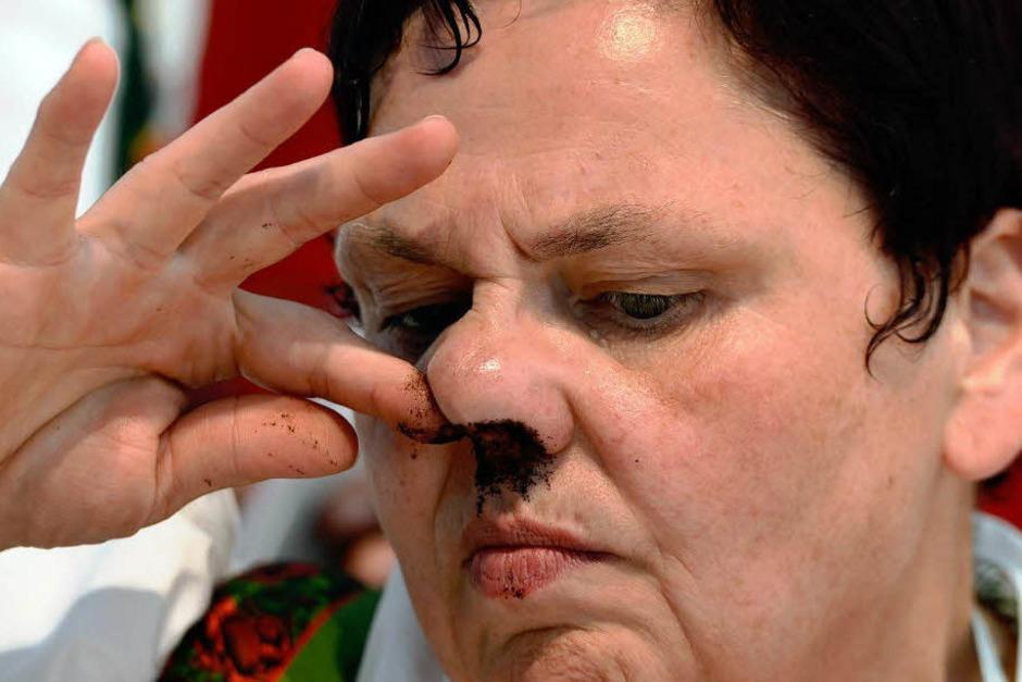 Ganz schön viel für eine Nase: Wer Weltmeister der Schnupftabakfreunde werden will, muss fünf Gramm mögilchst vollständig in seiner Nase unterbringen. (Foto: AFP)