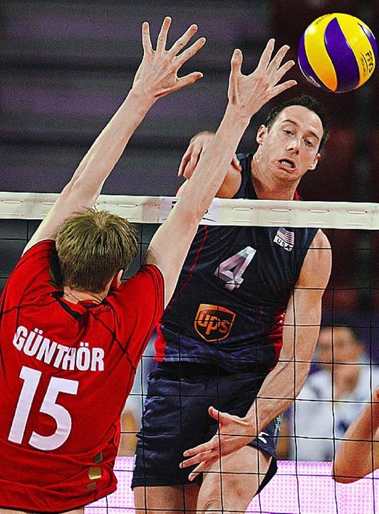 Max Günthör versucht, den US-Amerikane...ee zu blocken. Deutschland siegt 3:2.   | Foto: DPA