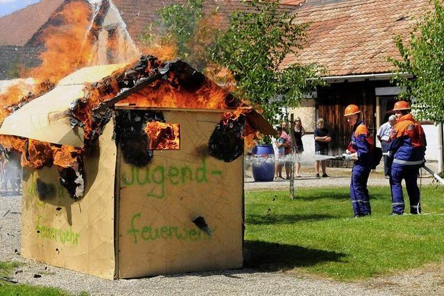 Junge Feuerwehrleute zeigen, was sie können