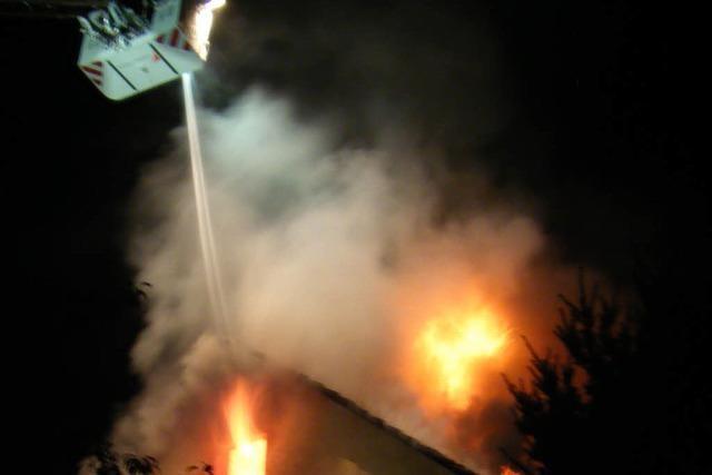 Dachstuhl eines Wohnhauses brennt aus – vermutlich Brandstiftung