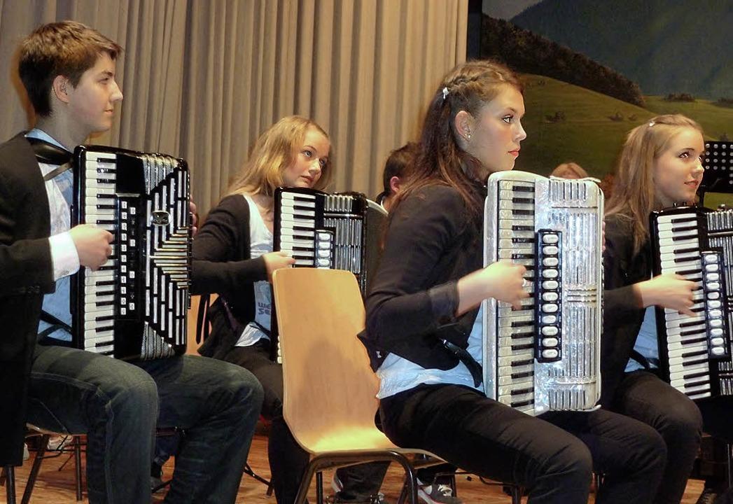 Voll konzentriert, aber mit Begeisteru...onzert der Akkordeongruppe Münstertal.  | Foto: E. Gross