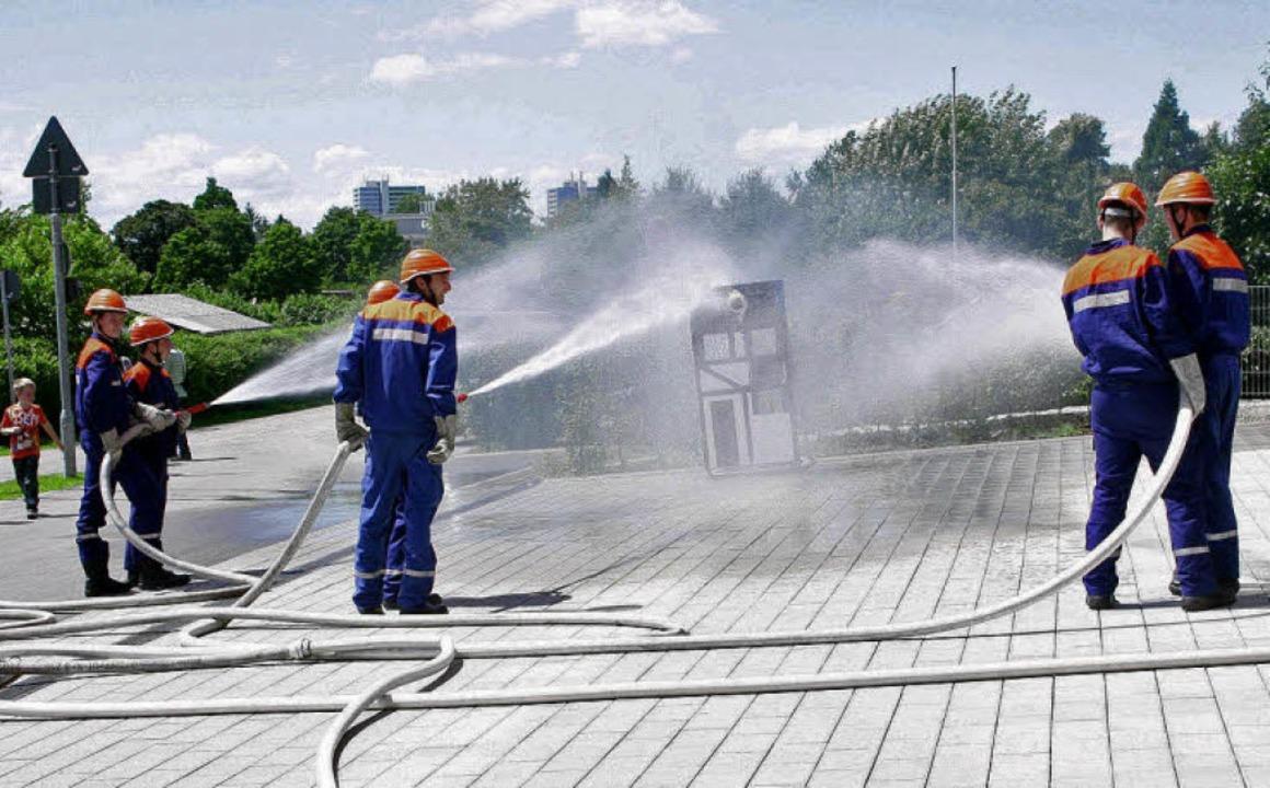 Die Jungfeuerwehr der Abteilungen zeig...nen wasserreichen Löschangriff.         | Foto: Harald Albiker