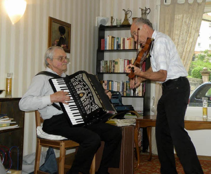 Abwechslungsreich:  Das Schweizer Duo ... bei seinem Auftritt im Café Fräulin.   | Foto: sarah trinler