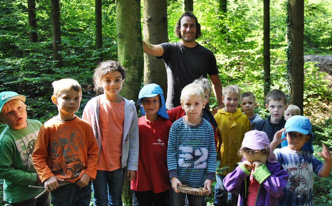 Stadtförster Gabriel Hieke erklärte  K...ens, was im Wald kreucht und fleucht.     Foto: Ralph Fautz