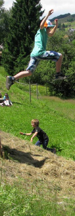 Der Sprung in den Heuhaufen gehört natürlich zum Heugumperfest.   | Foto: Ulrike Spiegelhalter