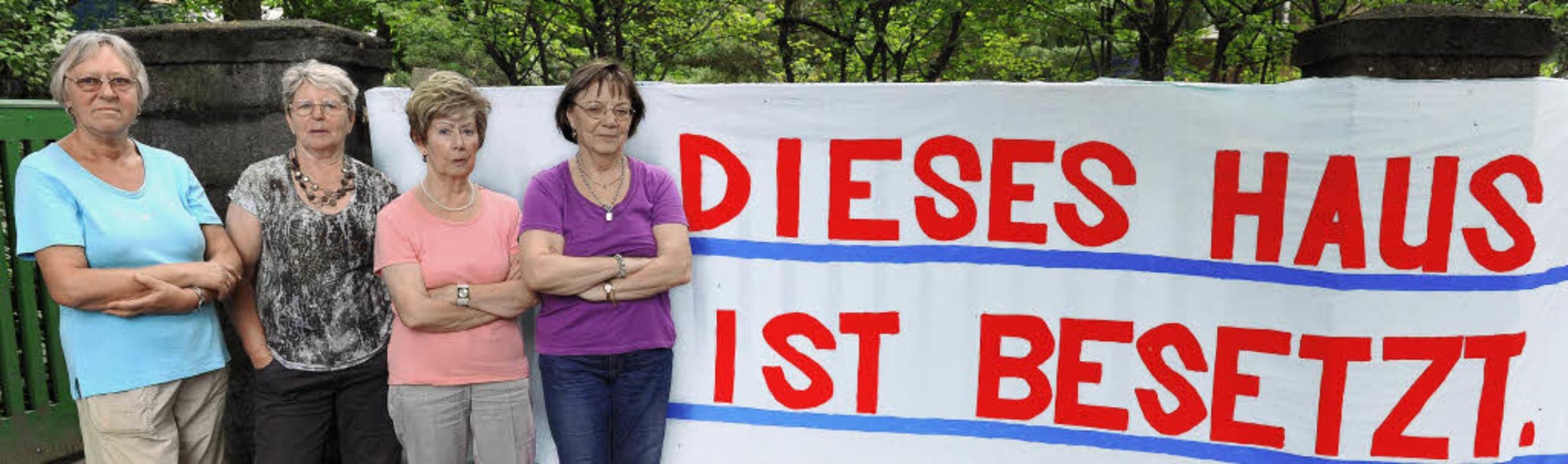 "Die Damen demonstrieren Entschlossenhe...bleiben, bis der Bagger kommt.""   | Foto: dapd"