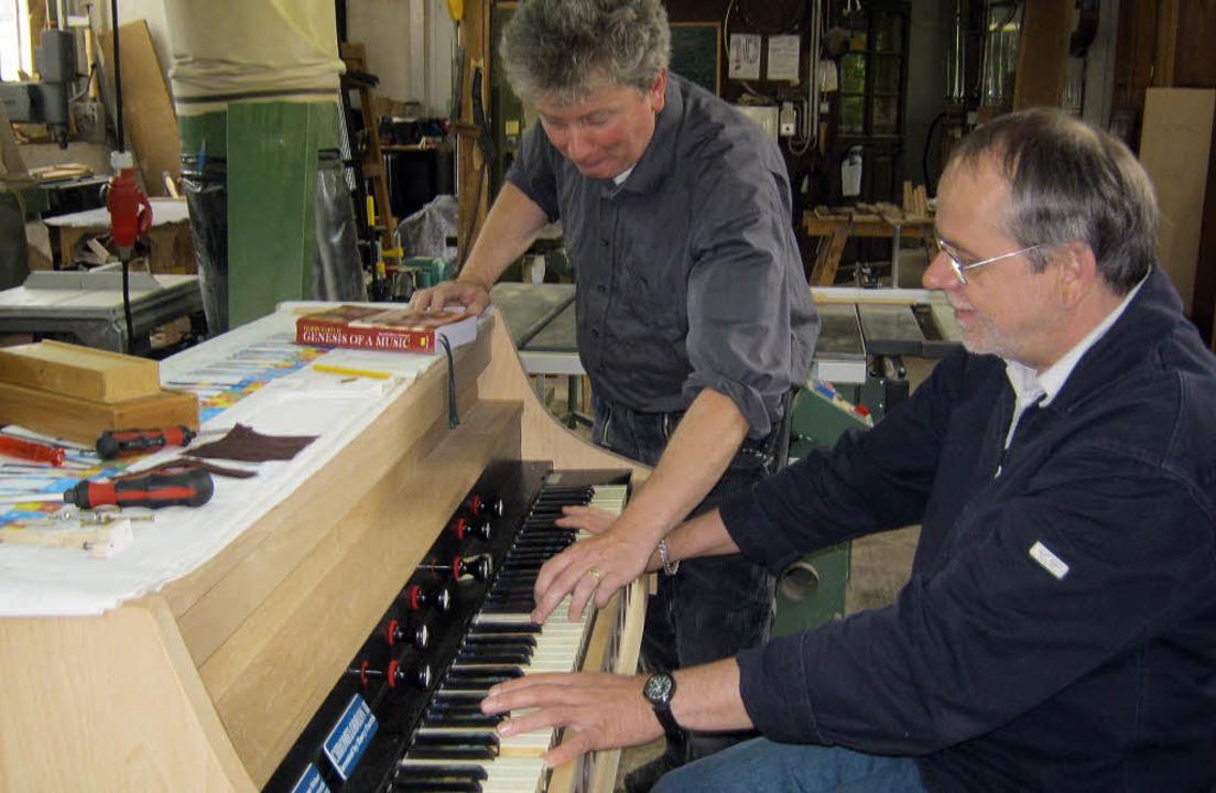Ulrich Averesch (sitzend) mit seinem P...s Weber beim Testen des Chromelodeons.  | Foto: Anne Freyer
