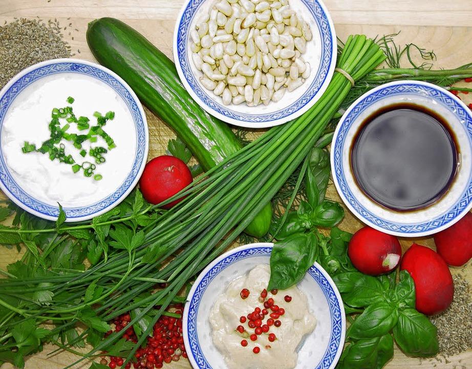 Zutaten für perfekte Dips: Kräuter, Pinienkerne und  Sojasauce   | Foto: stechl