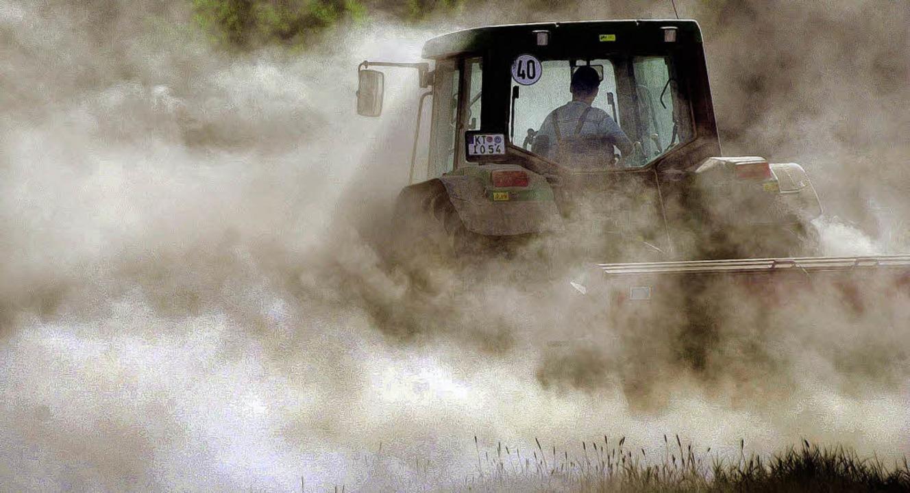 Ein Landwirt fährt mit seinem Traktor ...anken und sät  Rapssamen in die Erde.   | Foto: dpa