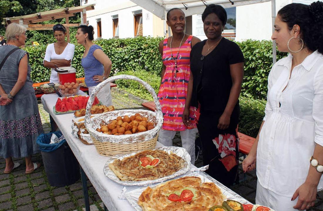 Asylbewerberinnen aus der Gemeinschaft...ternationales Buffet beim Sommerfest.   | Foto: Silke Tebel-Haas