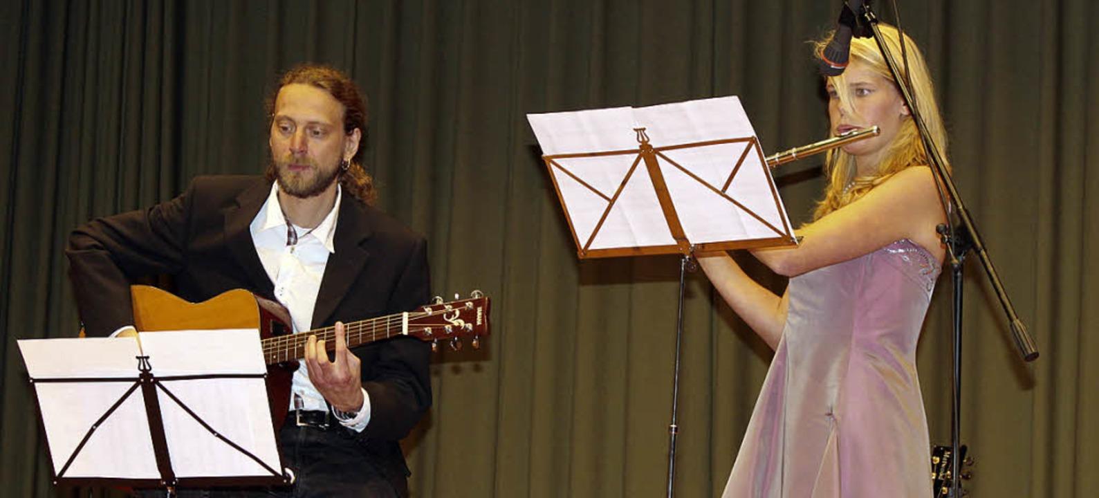 Matthias Veit und Silvia Intlekofer un...ten stilvoll an Gitarre und Querflöte.    Foto: Martha Weishaar
