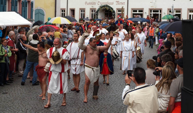 Festlicher Einzug: Voran die Gladiator...ahinter der Imperator im Streitwagen.   | Foto: Haberer