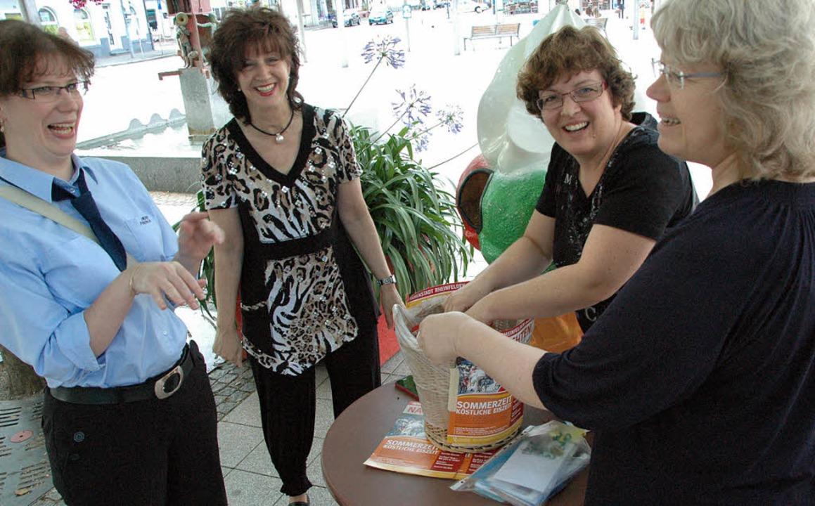 Gabriele Zissel und Sponsorenvertreterinnen zogen die Gewinner aus einem Korb.     Foto: Martina Proprenter