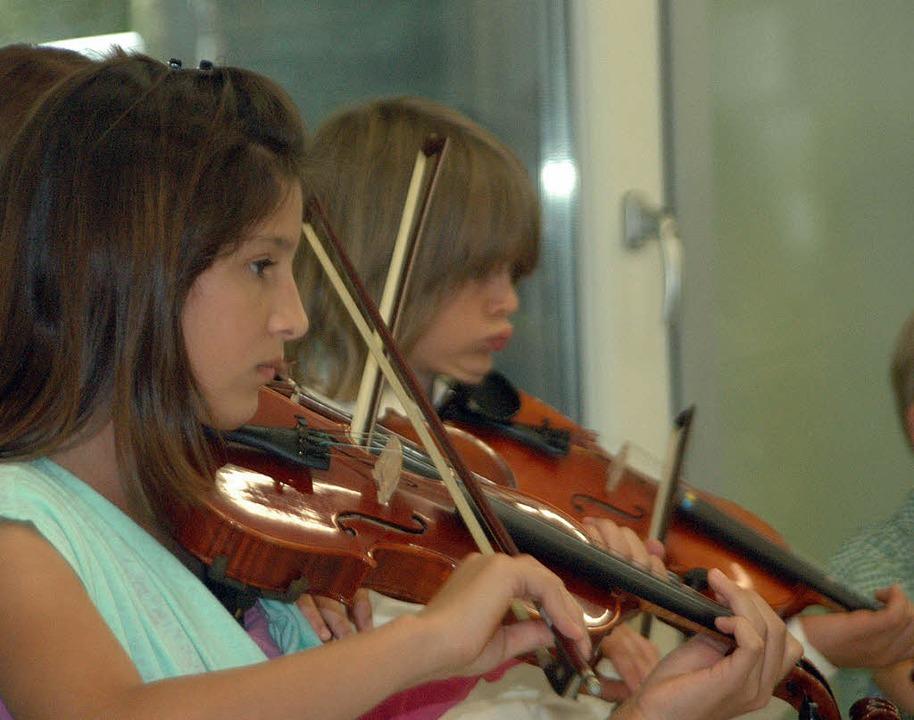 Die jungen Musiker des Streicherensemb...schule zeigten sich hochkonzentriert.     Foto: Leony Stabla