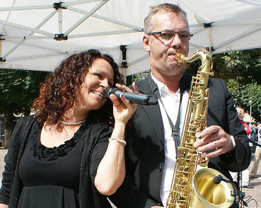 Daniela Hirth und Peter Linsin unterhalten musikalisch.  | Foto: Christel Rütschlin