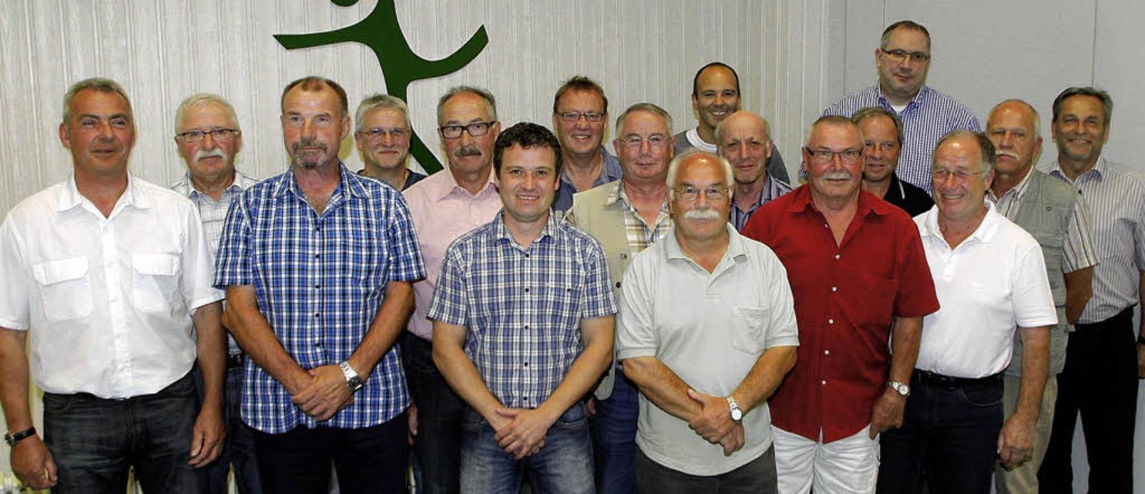 Die geehrten Mitglieder des HGW Hofwei...laus Jehle  (rechts) als Gratulanten.     Foto: Heidi Fössel