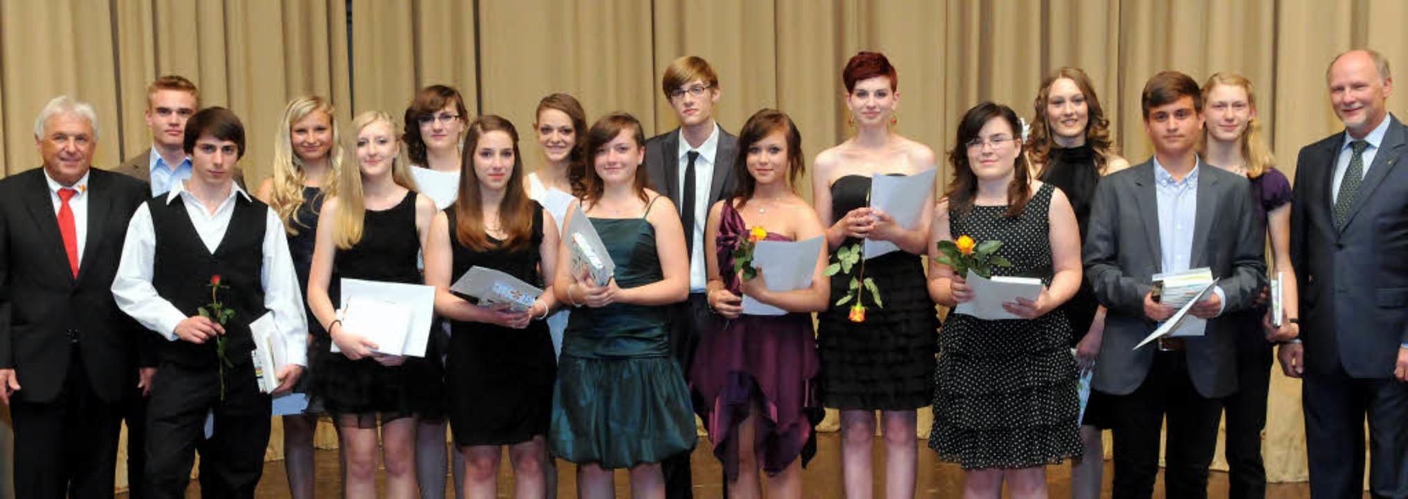Diese strahlenden Schulabsolventen dur...Armin Roesner freuten sich mit ihnen.     Foto: Wolfgang Künstle