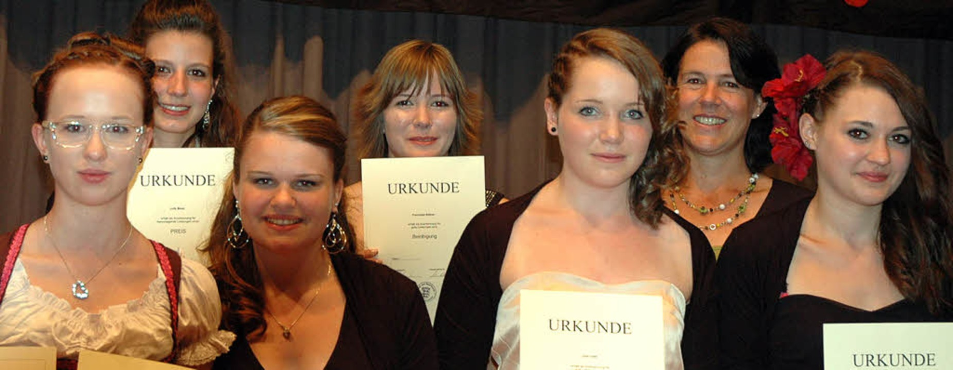 Für ihre guten schulischen Leistungen ...er,  Julia Faißt und Leonie Allgaier.   | Foto: Christiane Sahli