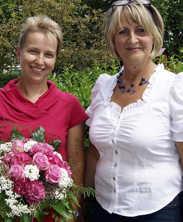 Mit einem Blumenstrauß verabschiedete Ute Wycisk (rechts) Peggy Kriegel.  | Foto: martina schlageter