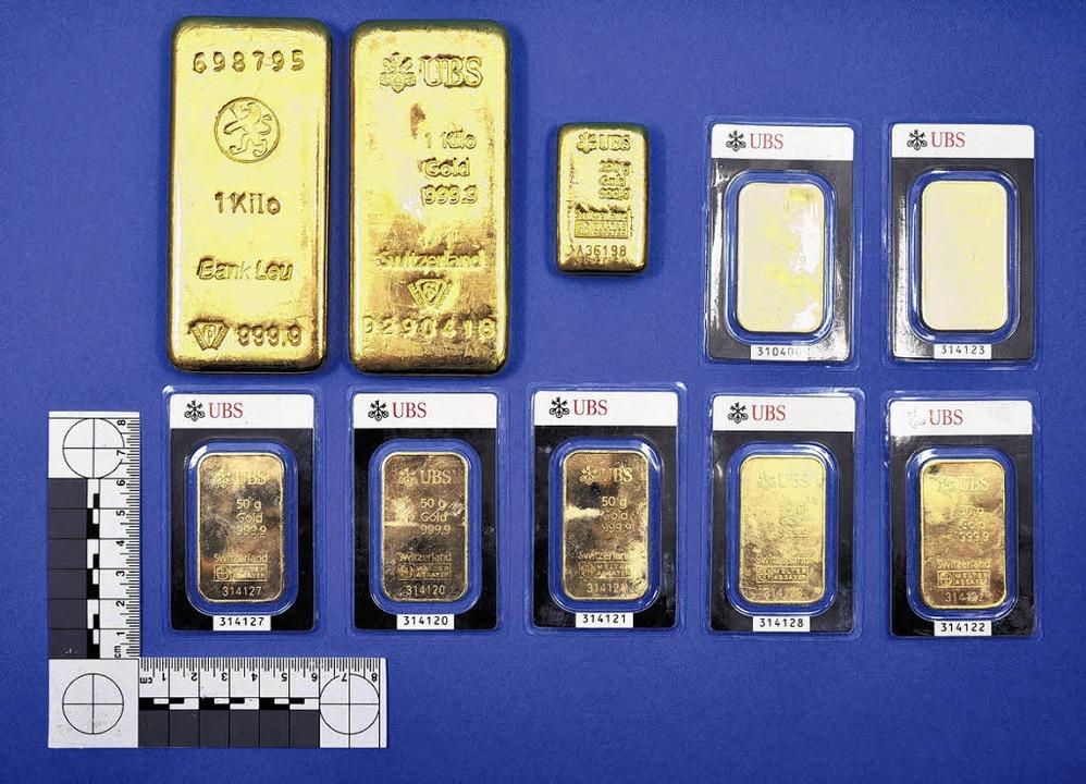 So sehen die zehn Goldbarren aus, die ... der Schweizer UBS und der Bank Leu.    | Foto: Aargauer Kantonspolizei