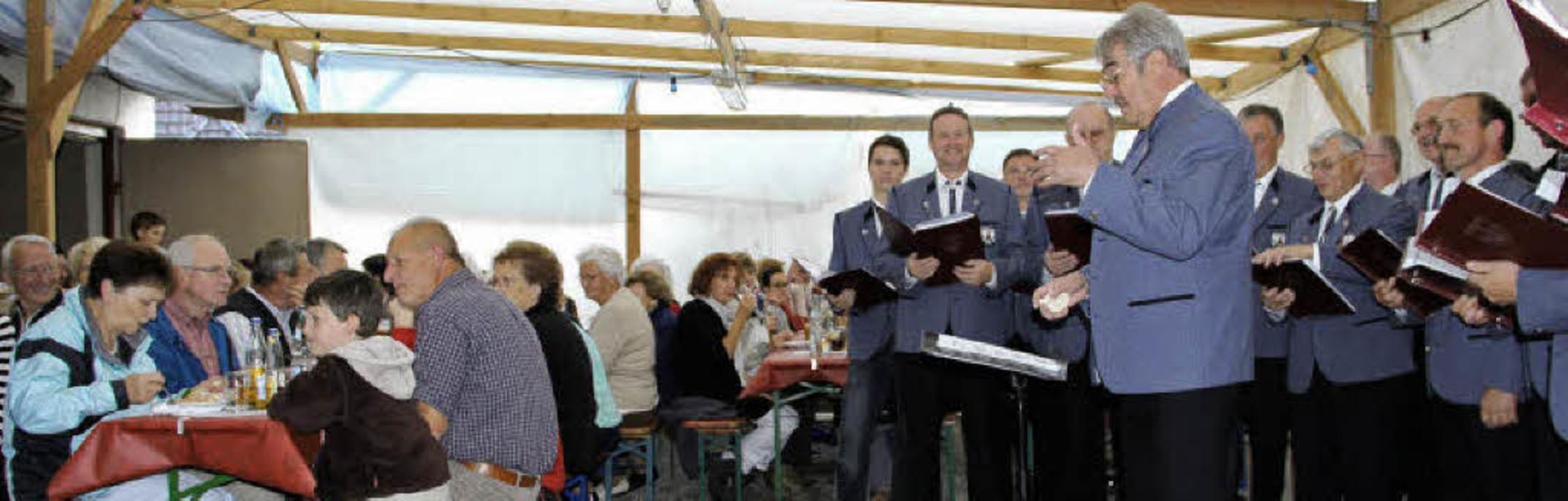 Mit Humor führte Dirigent Günther Enßl...gramm und forderte  zum Mitsingen auf.  | Foto: kannmacher