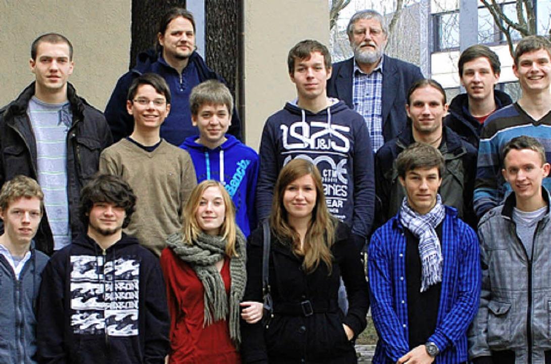Das Foto zeigt das Schülerteam des Sch...Reihe links) und Jürgen Vörg (rechts).    Foto: Privat
