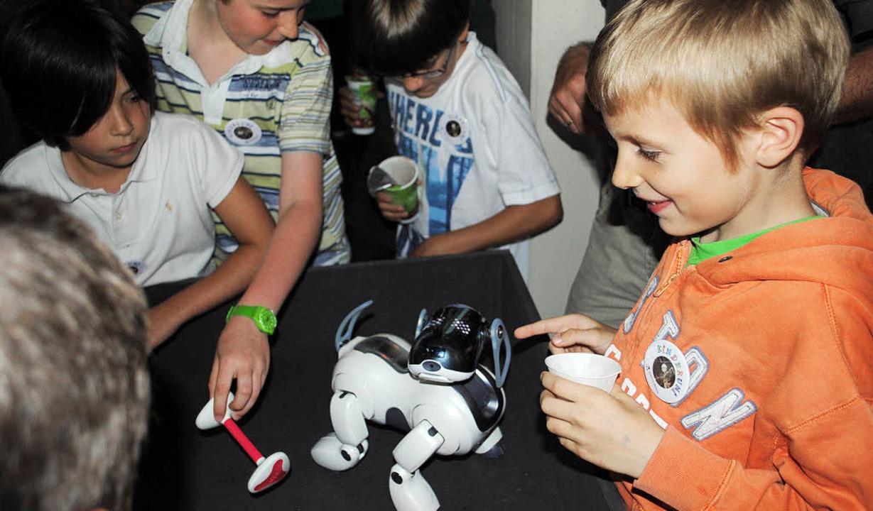 Kinderuni:Ein Spielzeug, das per Reibu... bewegt sich, wenn man ihn streichelt.  | Foto: Robert Ullmann