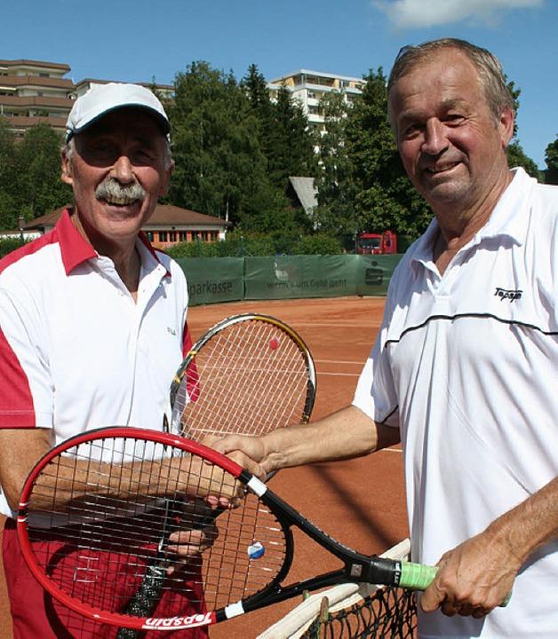Das Spitzenspiel gewann Jürgen Fassben...Heitz (links) gratulierte anerkennend.  | Foto: Dieter Maurer