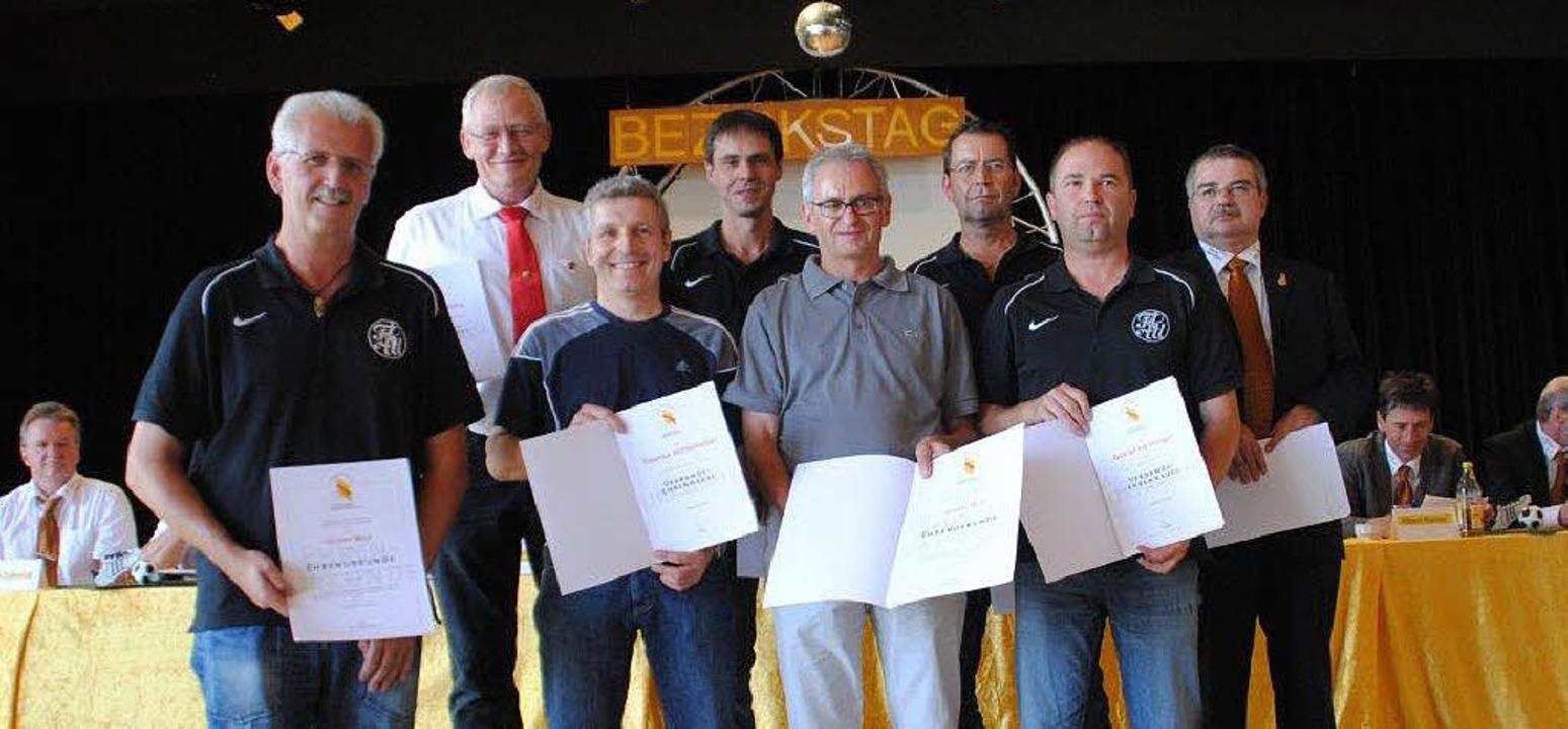 Zahlreiche Vereinsmitarbeiter wurden m...und  Verbandsehrennadel ausgezeichnet.    Foto: Vick