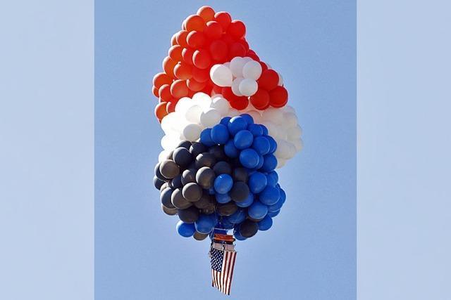 Flugobjekt aus 350 Ballons