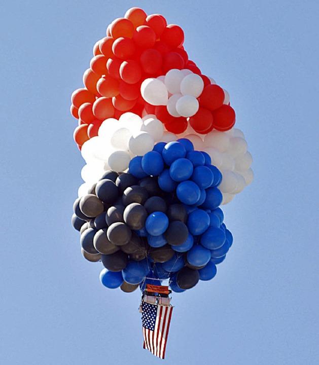 Die Anordnung der Ballons erinnert  an eine Dolde  Trauben.   | Foto: dapd