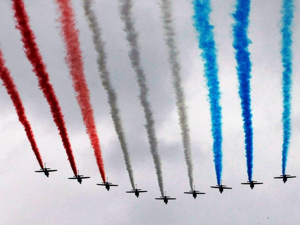 Hübsch anzusehen, aber schnell vom Win...en der Trikolore am Himmel über Paris.  | Foto: dpa