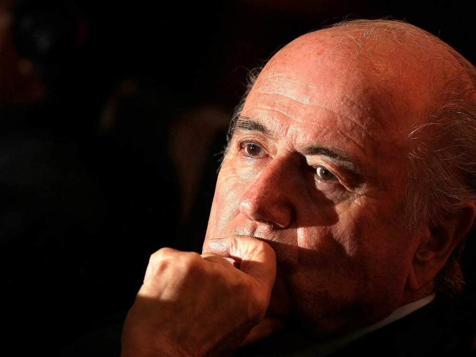 Sieht sich immer mehr ins Abseits gedrängt:  Fifa-Chef Joseph Blatter  | Foto: dpa