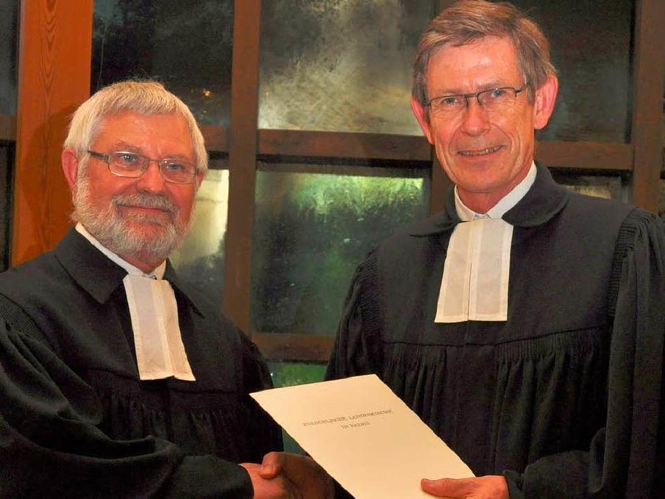 Pfarrer Peter Hanselmann bekam von Dek...die Verabschiedungsurkunde überreicht.  | Foto: Kai Kricheldorff