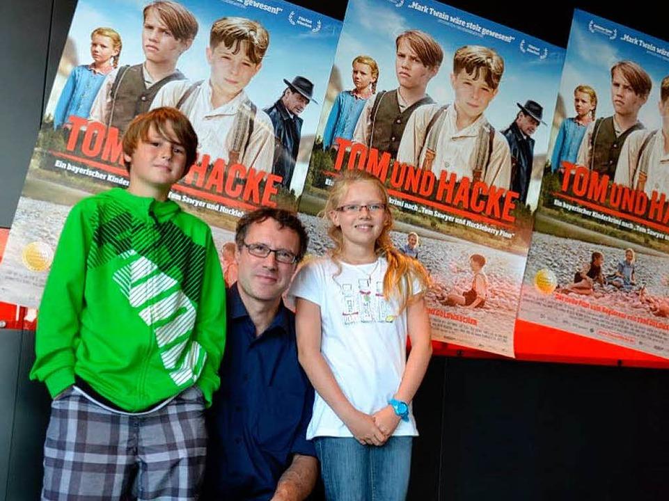 Lechner mit den Hauptdarstellern Yannik Kuhl und Julia Forstner im Forum-Kino.  | Foto: Nicolas Schmid