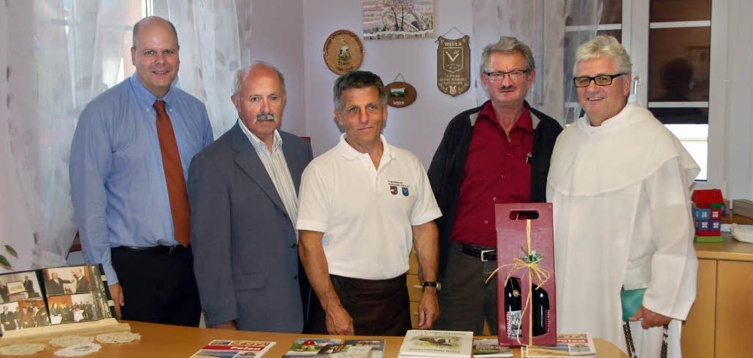 Bürgermeister Jürgen Louis (links), Wi...genen neuen Räume im Haus der Vereine.  | Foto: Marion Domann