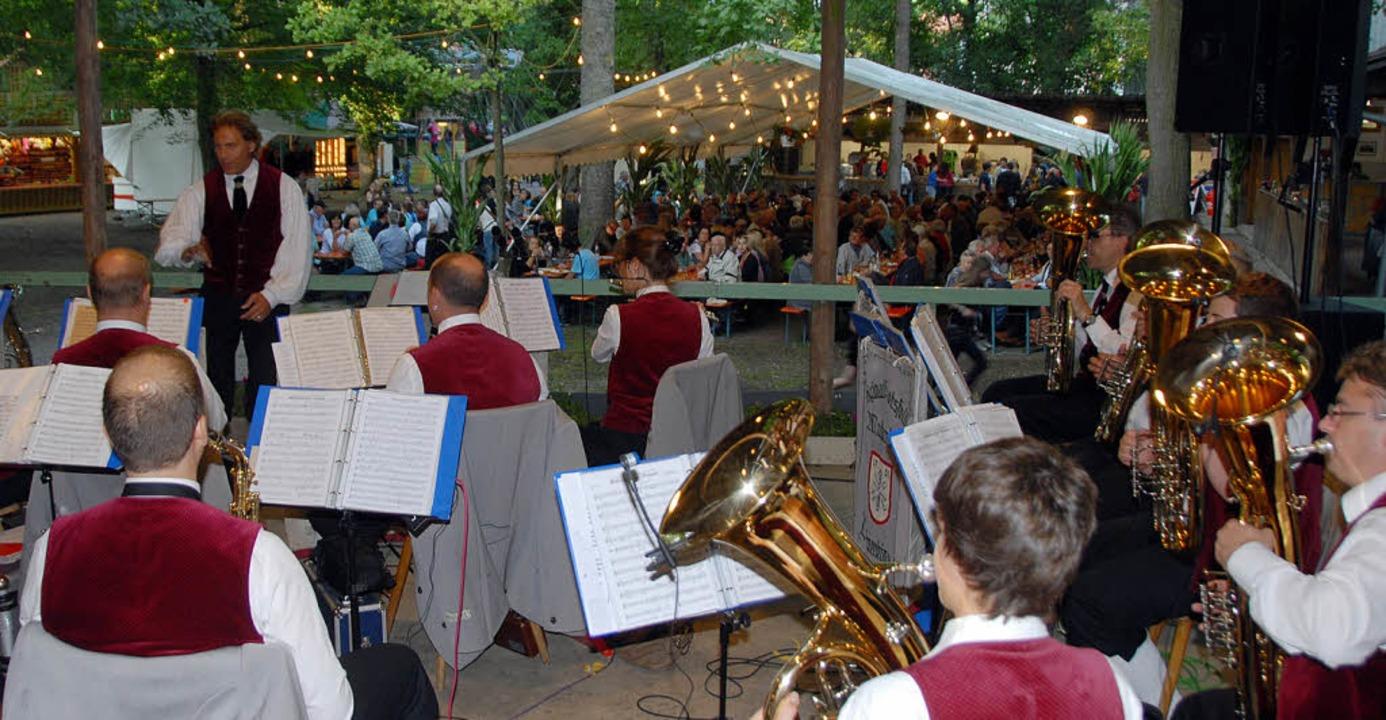 Die Härtsfelder Musikanten auf der Musikerbühne beim Waldfest in Sasbach.  | Foto: roland Vitt