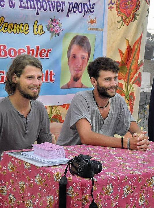 Simon Böhler (links) und Simon Gottwal...e nach ihrer Ankunft viel zu erzählen.    Foto: privat