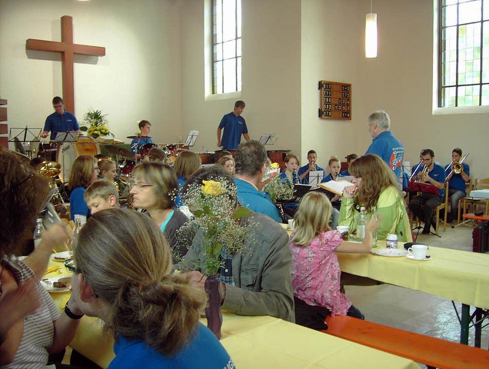Musik und Mittagessen in der Kirche (B... Gemeindefest alle Hände voll zu tun.     Foto: Cornelia Selz