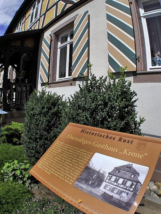 Das Schild beim ehemaligen  Gasthaus Krone.     Foto: Bernhard Rein