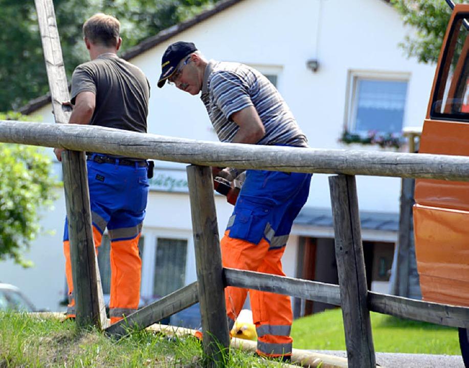 Stadtarbeiter reparieren die brüchigen Holzabsperrungen rund um die Schanze.  | Foto: Thomas Winckelmann