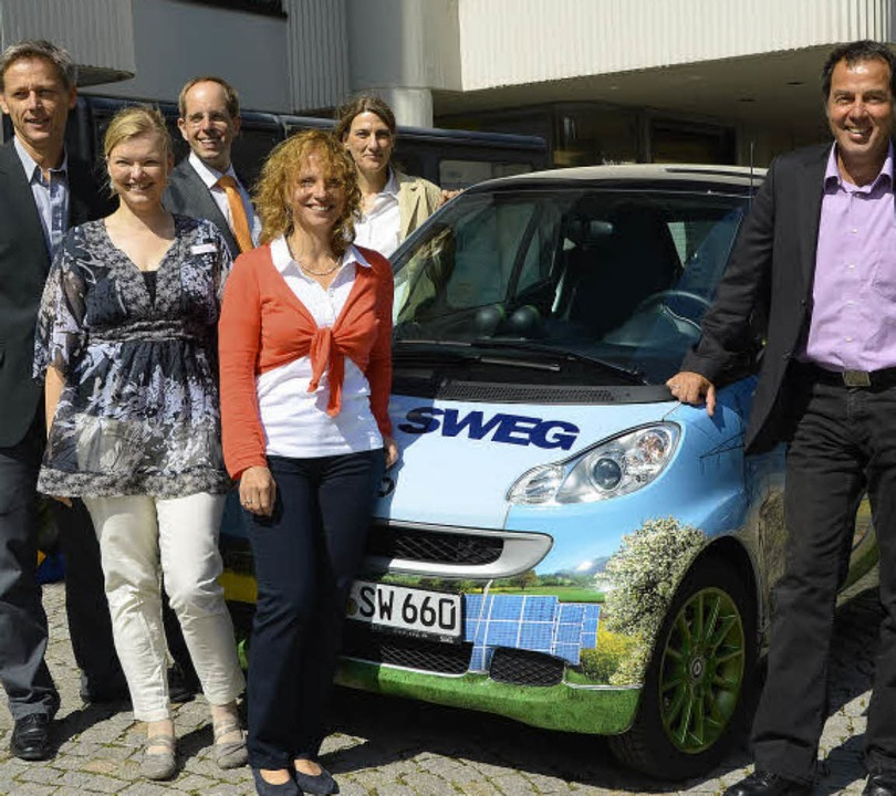 In der Rathausgarage steht schon ein E...t  dem bunten Rathaus-Elektrofahrzeug.  | Foto: Sabine Ehrentreich