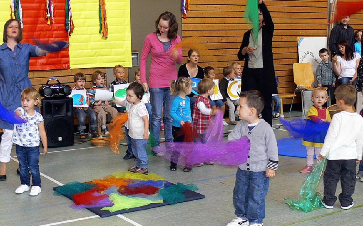 Die Buntheit der Welt: Kinder tanzten ... beim Kindergartenfest in Dundenheim.   | Foto: dieter fink