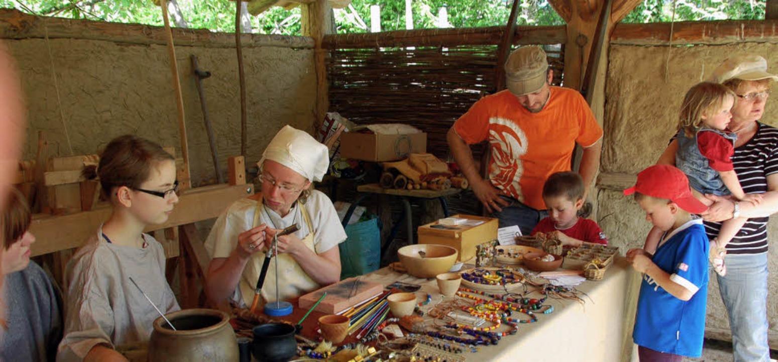 Werkrealschüler (links) als Alamannen im Vörstetter Museum im Mai     Foto: Pia Grättinger