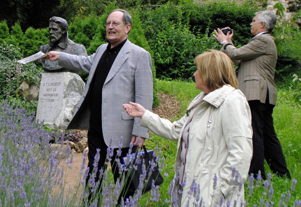 Rolf Langendörfer (links)  zeigt den r...s Kirschgartens in Badenweiler steht.   | Foto: Beatrice Ehrlich