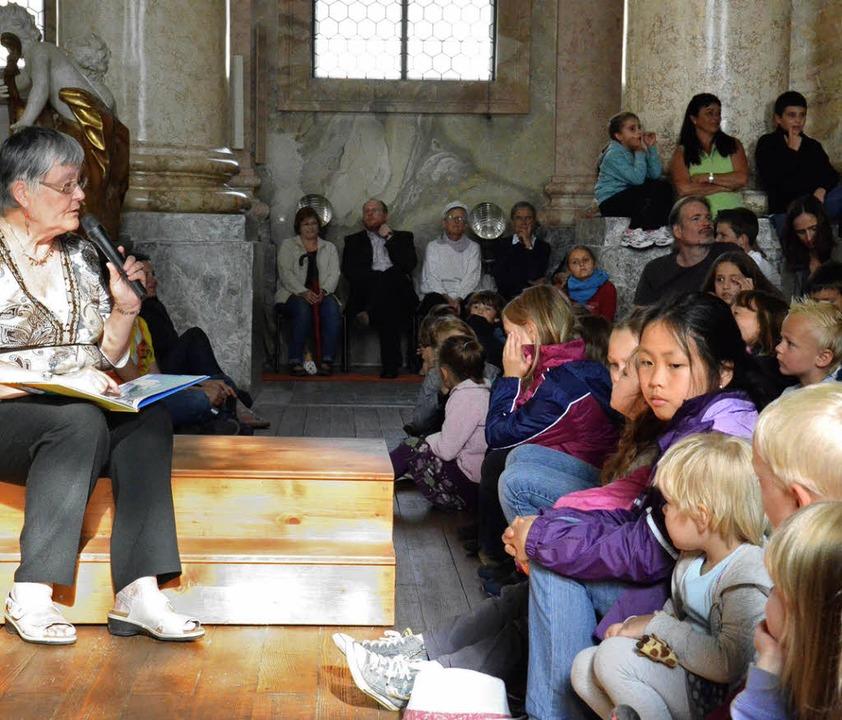 Margit Matyscak las den Kindern die Ge...e Orgel erweckte die Tiere zum Leben.     Foto: Sebastian Barthmes