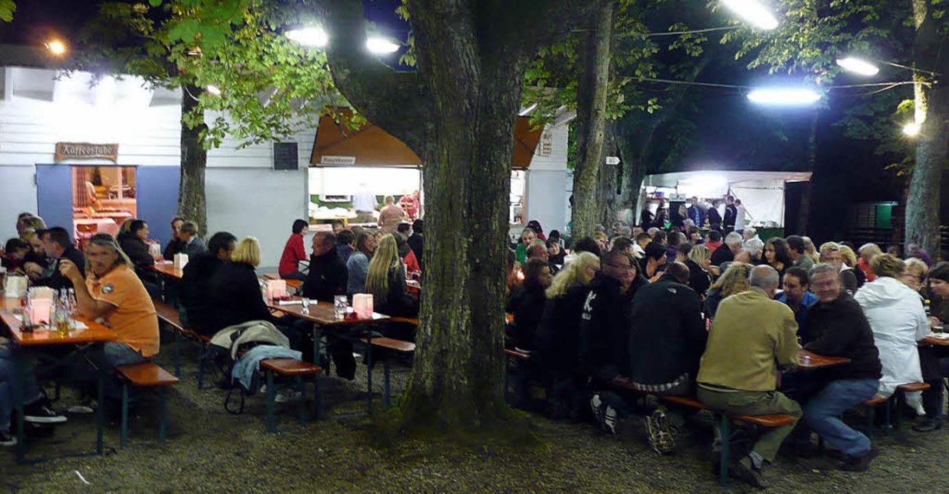 Gemütliche Stimmung  im Schein der Lam... Turnvereins Hüsingen auf dem Müsler.     Foto: Vera Winter