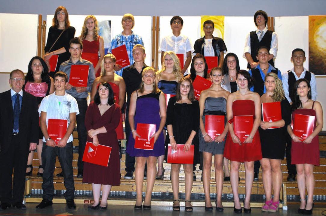 Die Absolventen der Oberrotweiler Wilh...uf (vorne links) über ihren Abschluss.    Foto: benjamin bohn